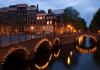 altkoin/v-amsterdame-pered-byvshim-bankom-ustanovlena-svetjashhajasja-installjacija-bitkoin-adresa